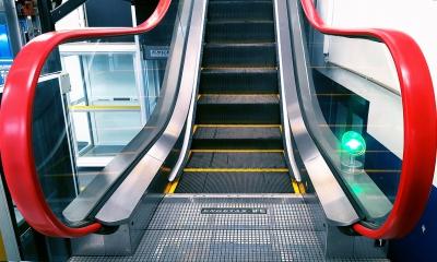 Escada rolante vermelha